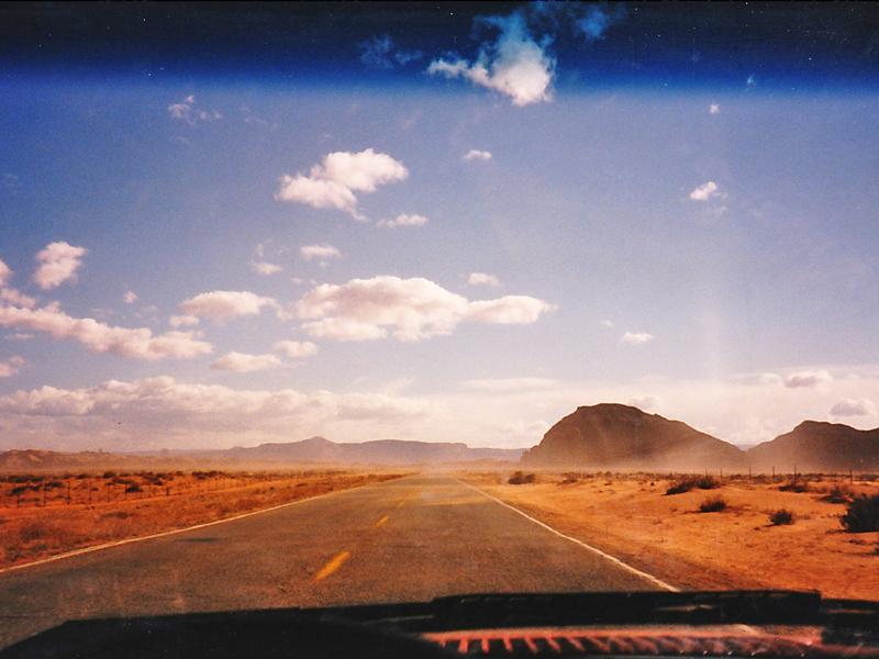 延々と続く砂の中の道